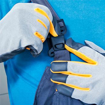 Entrümpelung Mitarbeiter mit Handschuhen